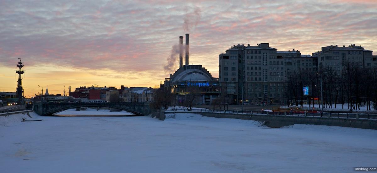 2011 Москва Лужков мост, вид с него на запад, на кинотеатр Ударник