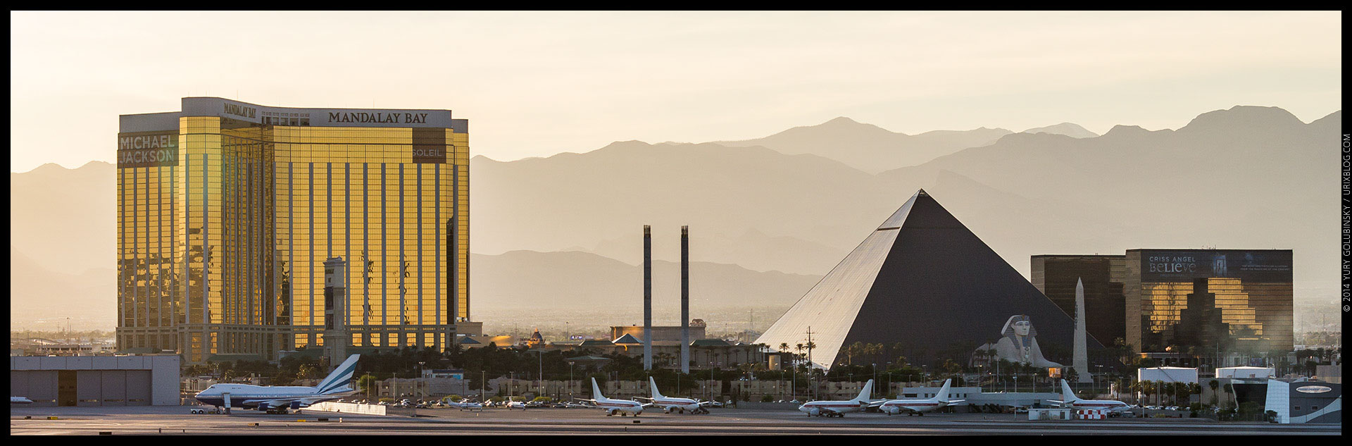 Mandalay Bay, Luxor, casino, hotel, 2014, airplanes, LAS, Las Vegas McCarran International airport, strip, LV, Clark County, USA, Nevada, panorama, horizon, city