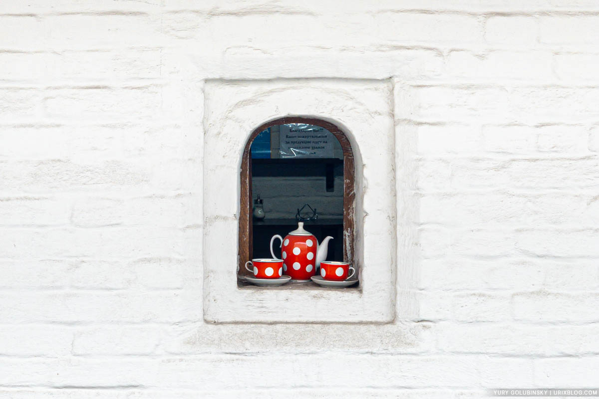 Window, Fraternal Corps of the Znamensky Monastery, Zaryadye, Moscow, Russia, dishes, 2019