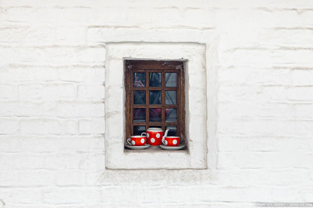 Window, Fraternal Corps of the Znamensky Monastery, Zaryadye, Moscow, Russia, dishes, 2019