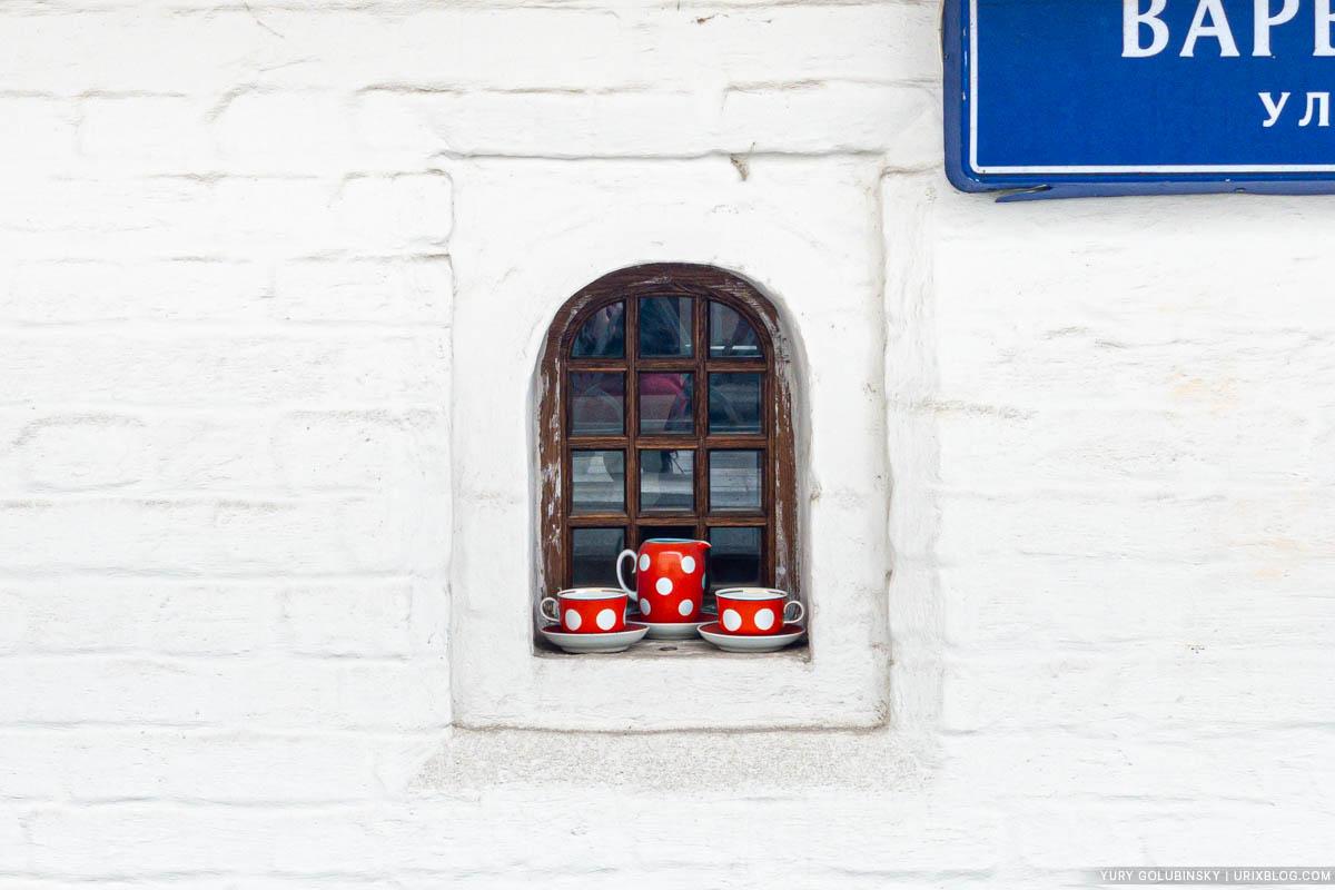 Окошко, Братский корпус Знаменского монастыря, Зарядье, Москва, Россия, окно, посуда, 2019